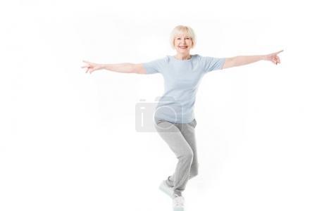 Photo pour Sportive senior souriante, debout avec les bras larges isolés sur blanc - image libre de droit