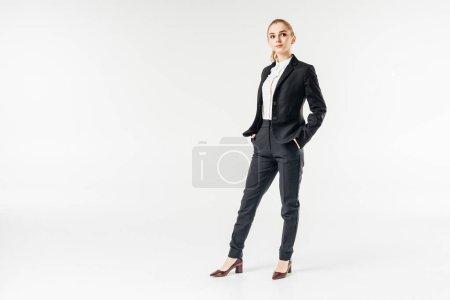 Photo pour Femme d'affaires attractif permanent et en regardant loin isolé sur blanc - image libre de droit