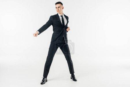 Photo pour Homme d'affaires en costume debout en position de karaté isolé sur blanc - image libre de droit