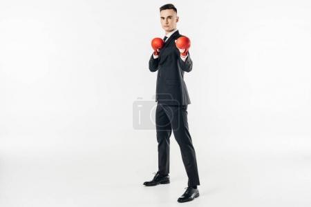 Photo pour Homme d'affaires en costume et gants rouges regardant la caméra isolée sur blanc - image libre de droit
