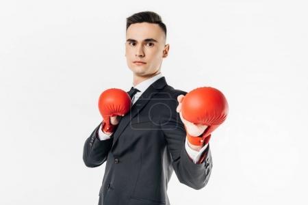 Photo pour Homme d'affaires debout en costume et gants rouges et regardant loin isolé sur blanc - image libre de droit