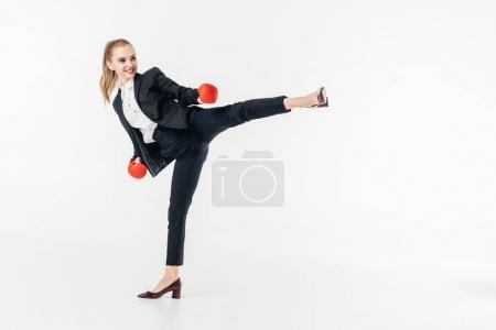 Photo pour Femme d'affaires exécutant coup de pied en costume isolé sur blanc - image libre de droit