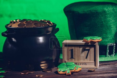 Calendar, biscuits en forme de trèfle, chapeau irlandais vert et pot avec pièces d'or, st concept journée patricks