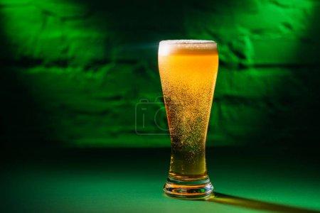vue rapprochée du verre frais Bière ambrée fraîche à feu vert, saint concept journée patricks