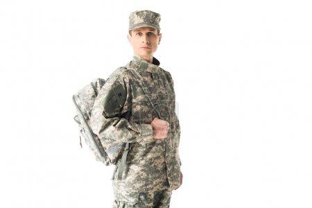 Photo pour Soldat de l'armée confiant en uniforme tenant le sac à dos isolé sur blanc - image libre de droit