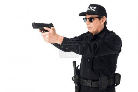 Photo pour Policier sérieux en lunettes de soleil visant les armes à feu isolé sur blanc - image libre de droit