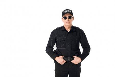 Photo pour Beau policier avec les mains sur la ceinture isolé sur blanc - image libre de droit