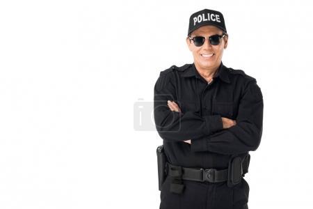 Photo pour Policier souriant, vêtu de l'uniforme avec bras croisés isolé sur blanc - image libre de droit