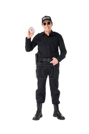 Photo pour Souriant policier en uniforme tenant en anneau isolé sur blanc - image libre de droit