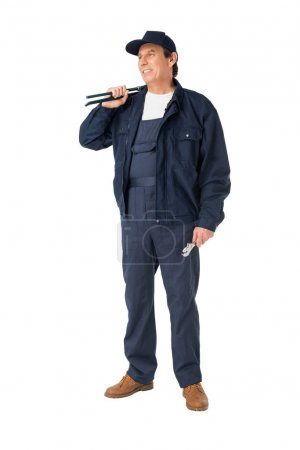 Photo pour Plombier professionnel en salopette tenant des clés isolées sur blanc - image libre de droit