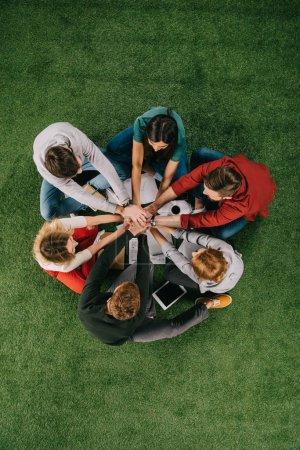 Photo pour Vue d'ensemble des partenaires commerciaux sur l'herbe, les gens d'affaires concept de collaboration travail d'équipe - image libre de droit