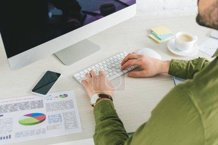 Photo pour Vue rapprochée d'homme d'affaires en tapant sur le clavier de l'ordinateur à la maison, Bureau - image libre de droit