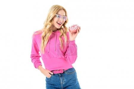 Photo pour Femme heureuse dans les verres en tenant l'anneau rose isolé sur blanc - image libre de droit