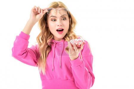 Photo pour Surprise fille regardant beignet isolé sur blanc - image libre de droit