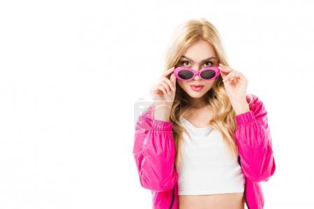 Photo pour Jeune fille portant à capuche rose regardant par-dessus des lunettes de soleil isolés sur blanc - image libre de droit