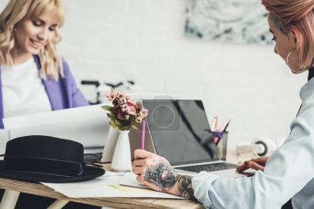 mise au point sélective du jeune blogueur et dessinateur sur lieu de travail au bureau