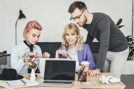 Photo pour Portrait du groupe des travailleurs créatifs discutant nouvelle idée sur lieu de travail au bureau - image libre de droit