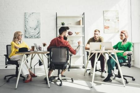 Photo pour Groupe de jeunes travailleurs créatifs travaillant sur le projet au bureau - image libre de droit