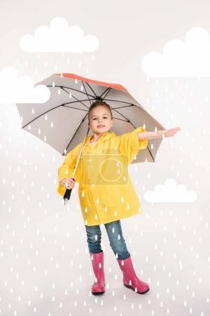 Photo pour Jolie enfant en bottes en caoutchouc, imperméable jaune avec parapluie, temps pluvieux - image libre de droit