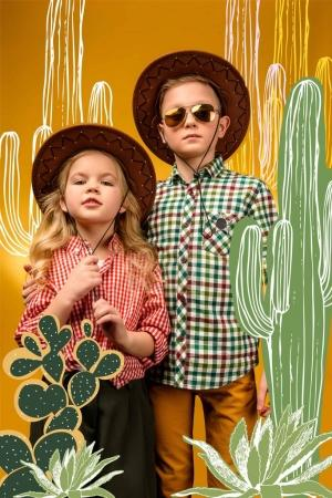 Foto de Poco elegante turistas posando en sombreros, en color amarillo con ilustración de cactus - Imagen libre de derechos