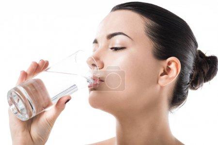 Photo pour Vue latérale de l'eau potable belle fille de verre transparent isolé sur blanc - image libre de droit