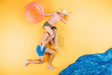 Foto de Feliz pareja joven con anillo divirtiéndose juntos imagina playa - Imagen libre de derechos