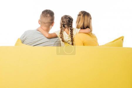 Photo pour Vue des parents et la fille assise sur le canapé jaune isolé sur blanc arrière - image libre de droit