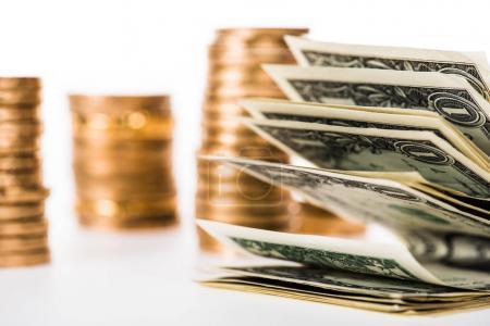 Photo pour Vue rapprochée des billets en dollars et des pièces d'or isolés sur blanc - image libre de droit