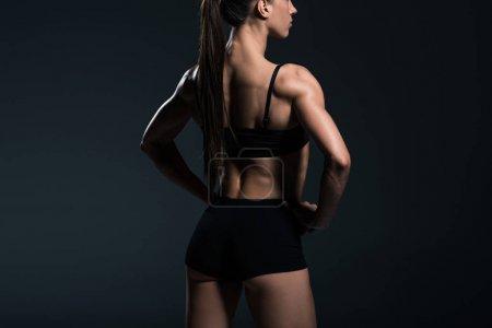 Photo pour Vue arrière des vêtements de sport avec corps musclé, isolés sur gris - image libre de droit