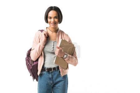 afrikanisch-amerikanische Studentin mit Rucksack und Textbüchern, isoliert auf weiß