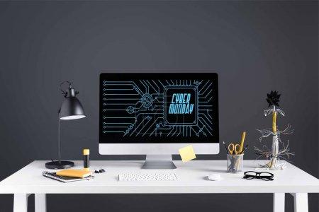 Foto de Computadora de escritorio con inscripción lunes de cyber en la pantalla, la lámpara y la oficina de suministros en mesa en gris - Imagen libre de derechos