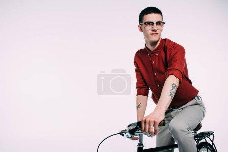 Photo pour Cycliste masculin hipster son vélo isolé sur blanc - image libre de droit