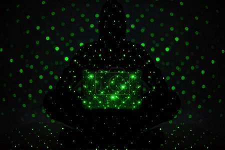 Photo pour Image tonique de la silhouette du pirate en sweat à capuche avec ordinateur portable - image libre de droit