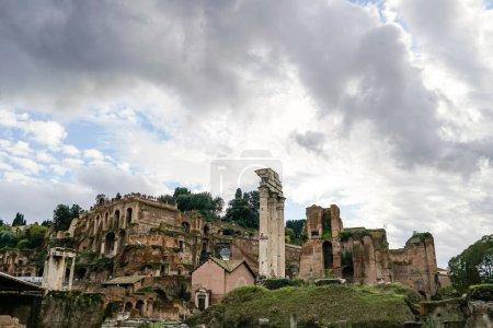 Photo pour Ruines antiques du forum romain contre le ciel avec des nuages - image libre de droit