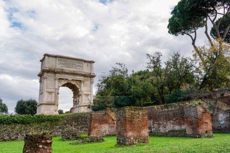 Photo pour Arbres verts près de l'ancien arc de titus en rome - image libre de droit