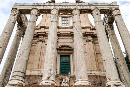 Photo pour Vue à angle bas du bâtiment historique avec des colonnes en rome - image libre de droit