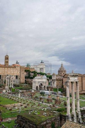 Photo pour Monuments historiques de rome contre le ciel avec des nuages - image libre de droit