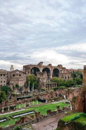 Photo pour Vieux bâtiments de rome contre ciel bleu avec des nuages - image libre de droit