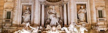 Photo pour Concept panoramique de fontaine trevi avec d'anciennes sculptures en rome - image libre de droit