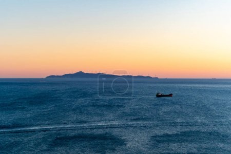 Photo pour Coucher de soleil et mer Egée tranquille en Grèce - image libre de droit
