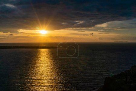 Photo pour Coucher de soleil près de la mer Egée tranquille en Grèce - image libre de droit