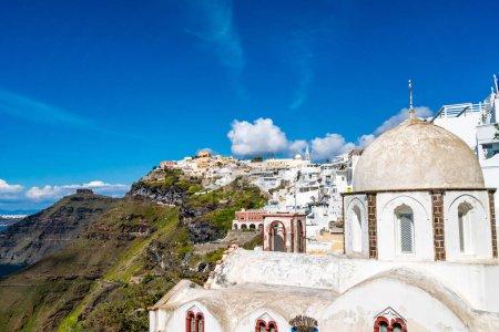 Sonnenlicht auf Kirche in der Nähe weißer Häuser auf griechischer Insel