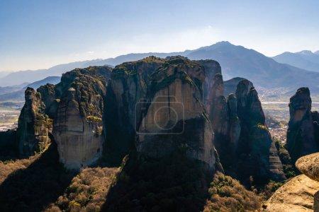 Photo pour Formations rocheuses pittoresques dans les montagnes contre ciel bleu - image libre de droit