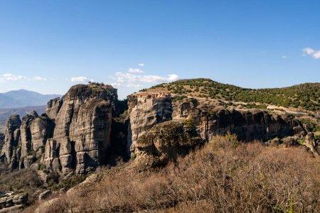 Photo pour Monastère orthodoxe sur des formations rocheuses contre le ciel bleu en Grèce - image libre de droit