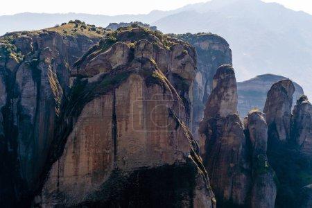 Photo pour Formations rocheuses tranquilles dans les montagnes contre le ciel - image libre de droit