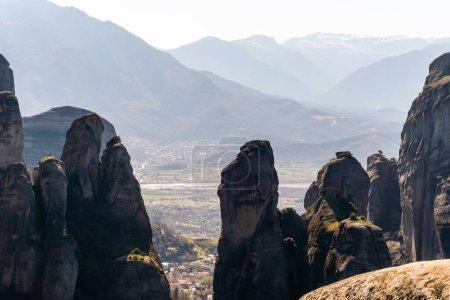 Photo pour Formations rocheuses pittoresques dans les montagnes contre ciel - image libre de droit