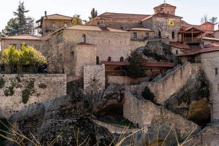 Photo pour Arbres et plantes près de l'ancien monastère de meteora - image libre de droit