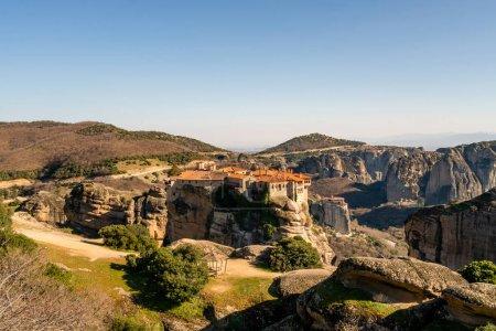 Photo pour Soleil sur le monastère historique sur les formations rocheuses en météore - image libre de droit
