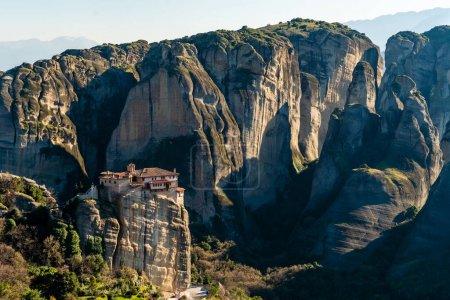 Photo pour Lumière du soleil sur les formations rocheuses avec monastère en météore - image libre de droit
