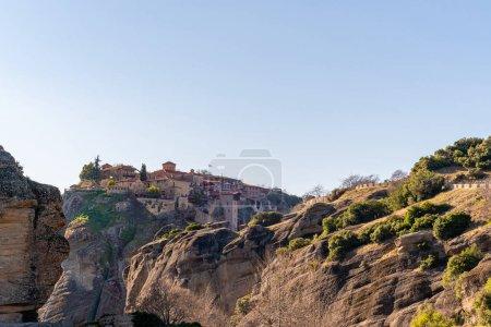 Photo pour Soleil sur les formations rocheuses avec monastère orthodoxe en météore - image libre de droit